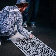 Artysta tworzący na ilustrację